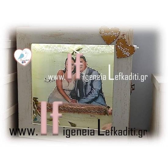 Ξύλινη στεφανοθήκη με φωτογραφία αναλλοίωτη στον χρόνο