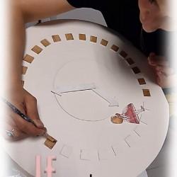 Ξύλινο κουτί αποθήκευσης παιχνιδιών σκαμπό Ρολόι «Η ΑΛΙΚΗ ΣΤΗΝ ΧΩΡΑ ΤΩΝ ΘΑΥΜΑΤΩΝ»